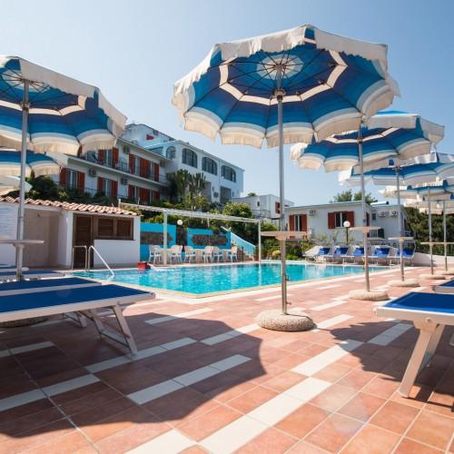 piscina con solarium